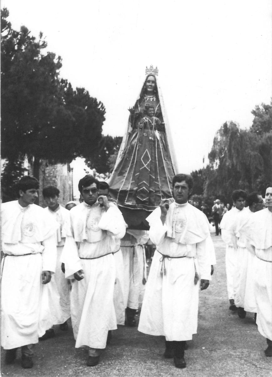 La Statua della Madonna della Sorresca lascia la chiesa parrocchiale del Circeo, dove è stata ospitata per molto tempo, e ritorna al suo Santuario, appena terminati i restauri, scortata da tutti i fedeli, dopo essere stata solennemente incoronata con le corone benedette da Paolo IV in San Pietro. La processione è giunta presso La Cona. E´ il 25 maggio 1969.